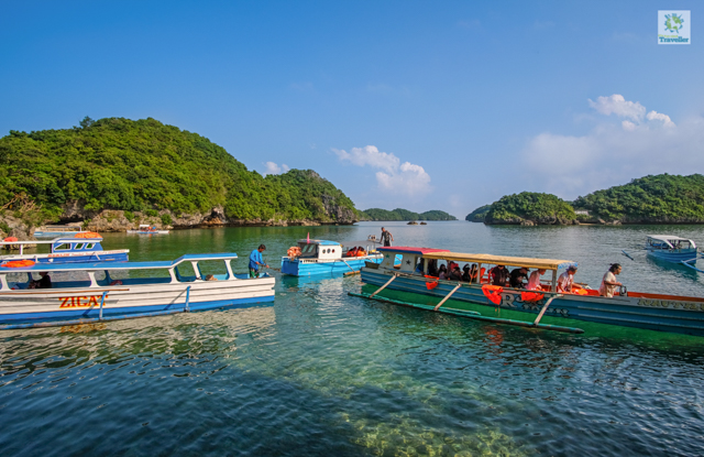 The boats touring around Hundred Islands.